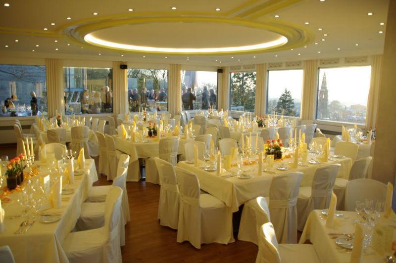 Beispiel: Hochzeitsgedeck, Foto: Dattler Schlossbergrestaurant.