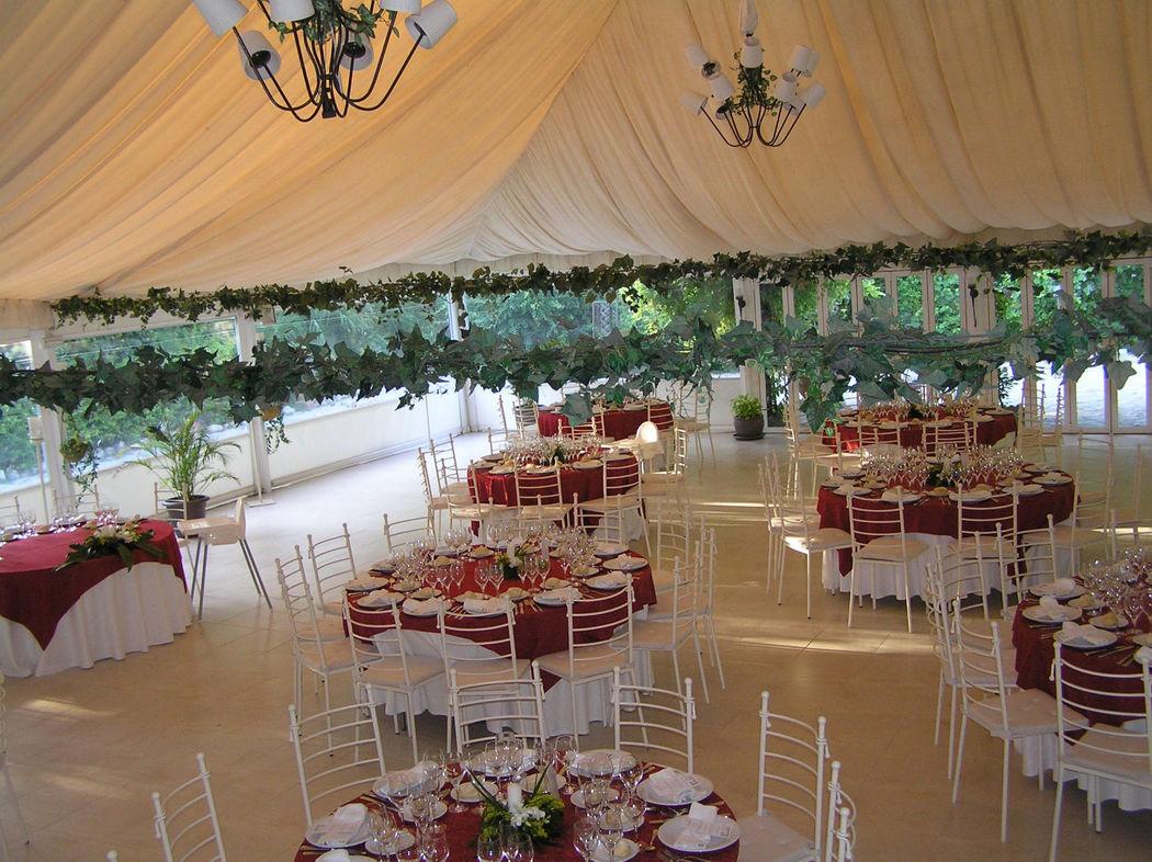 Mesas decoradas para el banquete en la Carpa