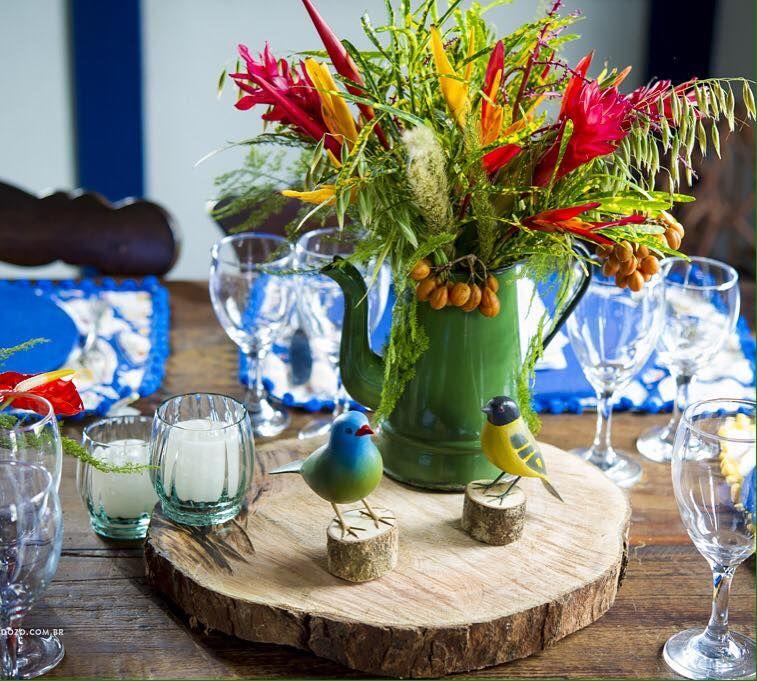 Belíssimos e coloridos arranjos tropicais em bules de ágata