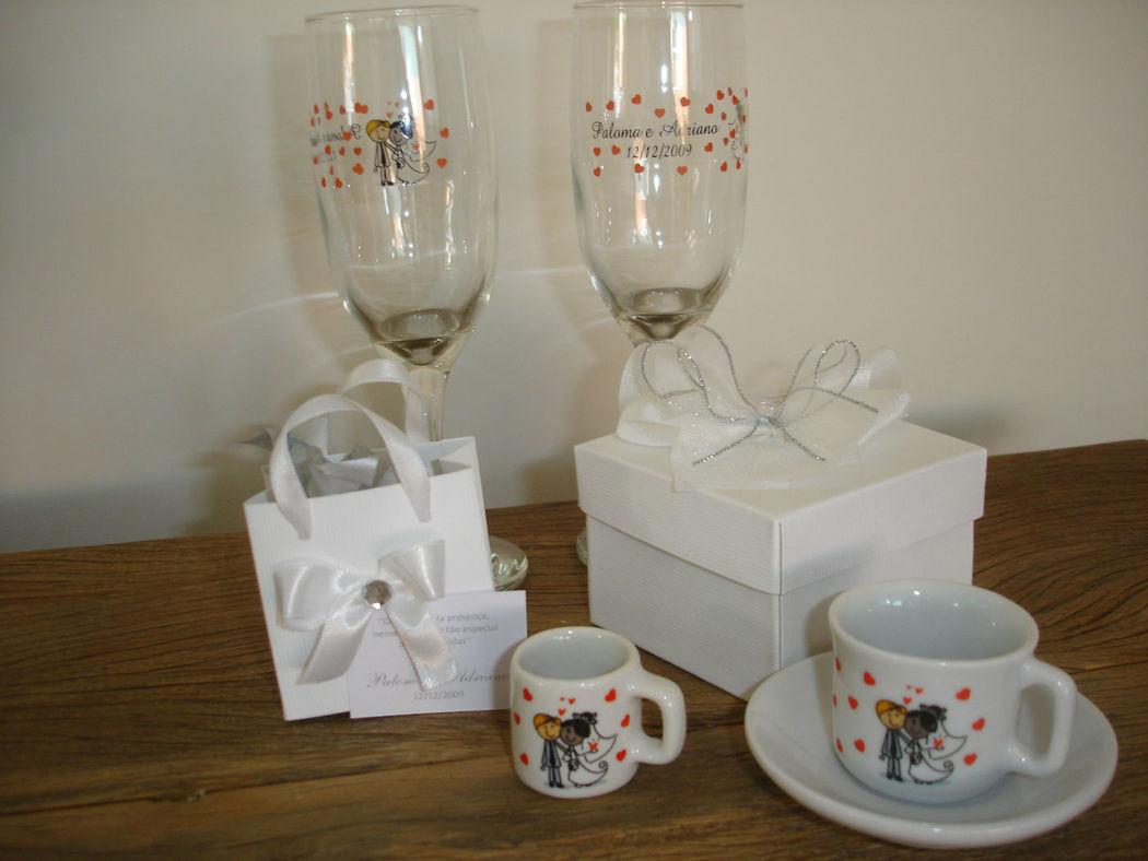 Taças para o Brinde dos noivos, mini sacolinha com mini mugs para os convidados e caixa com xicara café golinho com pires para os padrinhos, tudo personalizado.