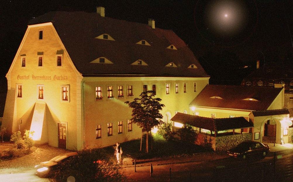 Beispiel: Außenansicht bei Nacht, Foto: Gasthof Herrenhaus Gorbitz.