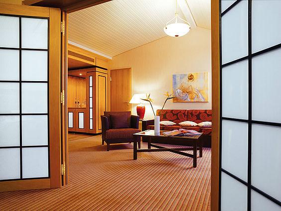 Beispiel: Suite Wohnraum, Foto: Travel Charme Ostseehotel Kühlungsborn.