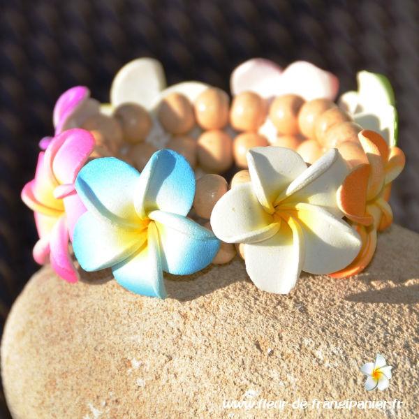 Bracelets multicolores ornés de 8 fleurs de frangipanier de 3 cm.