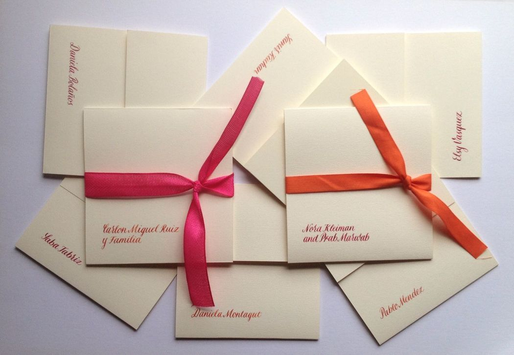 Invitaciones marcadas en caligrafía.