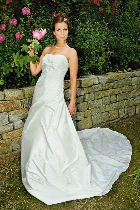 Beispiel: Brautmode, Foto: Avorio Vestito.
