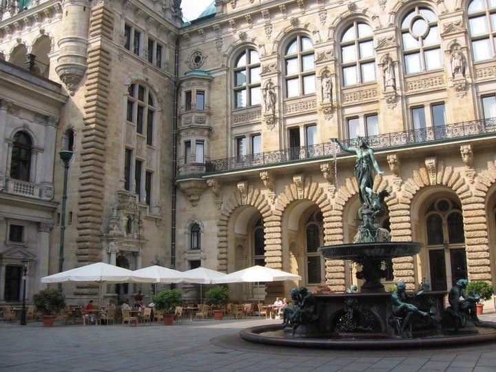 Beispiel: Sonnenterrasse im Innenhof des Rathauses, Foto: Parlament.