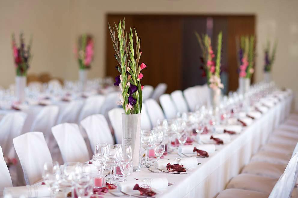 Beispiel: Florale Dekoration für die Hochzeitstafel, Foto: Sarah Marx Eventfloristik.