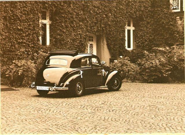Beispiel: Innenhof mit Hochzeitsauto, Foto: Rittergut Haus Laer.