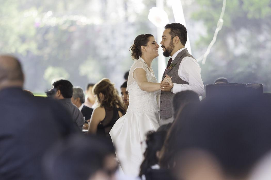 En el primer baile de los novios.