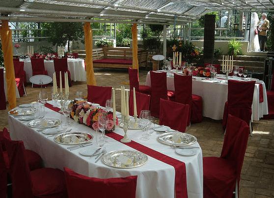 Beispiel: Hochzeitsgedeck in weiß und rot, Foto: Die Alte Gärtnerei.