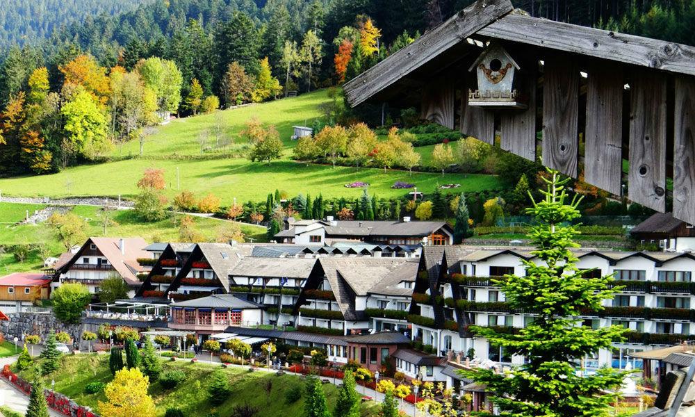 Beispiel: Hotel Außenansicht, Foto: Dollenberg Schwarzwald Resort.