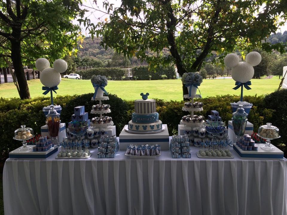 Mesa de postres con pastel de fondant para babyshower con el tema de Mickey Mouse