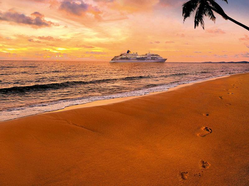 Beispiel: Schiff bei Sonnenuntergang, Foto: Hapag-Lloyd Kreuzfahrten.