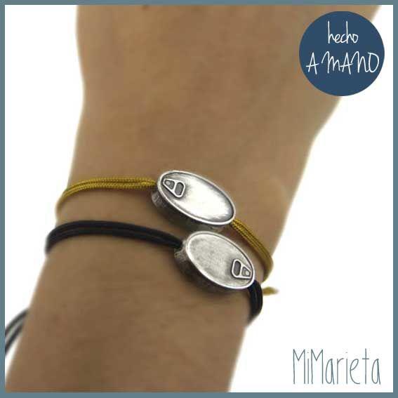 Original pulsera de plata unisex de talla ajustable y con un charm con forma de lata de conservas.