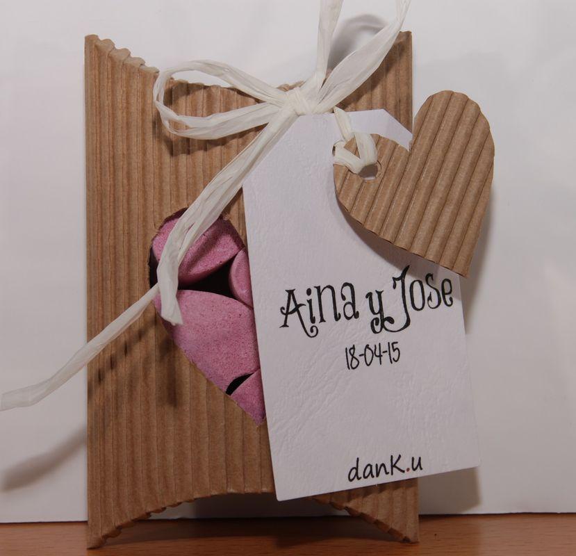 4 bombas de jabón con forma de corazón en caja de cartón ondulado y personalizado con etiquetas