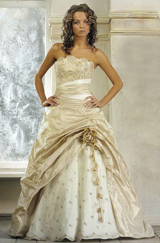 Beispiel: Atemberaubende Brautmode, Foto: Fabula Brautmode.