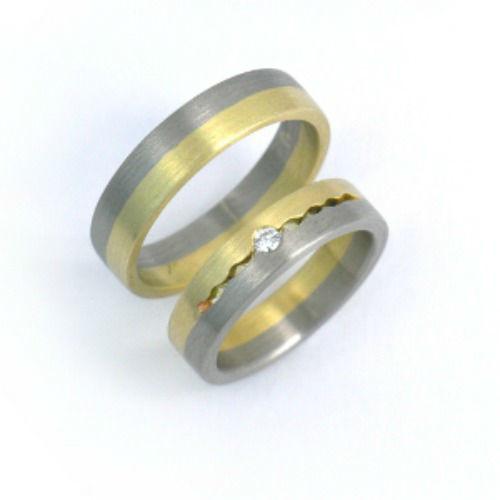 Beispiel: Ring in Bicolor mit Edelstein, Foto: Schmuck Hautnah.