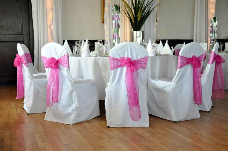 Beispiel: Hochzeitsbankett - Stuhlhussen mit rosa Schleife, Foto: Burgrestaurant Burg Gleiberg.