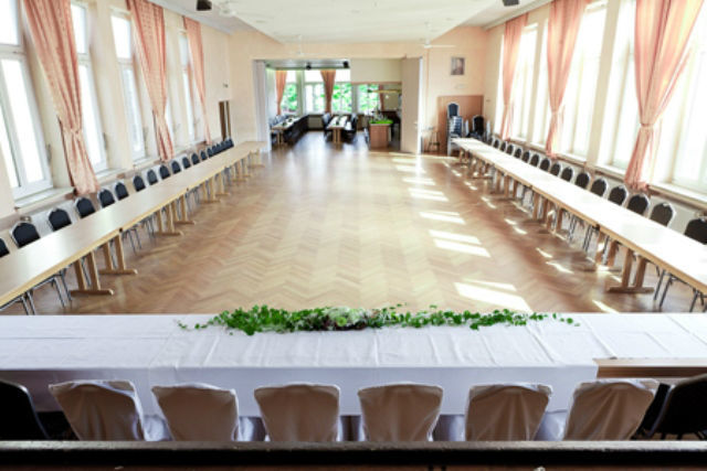 Beispiel: Großer Saal mit Bühne - Tafel, Foto: Stadtgasthof Grüner Kranz.