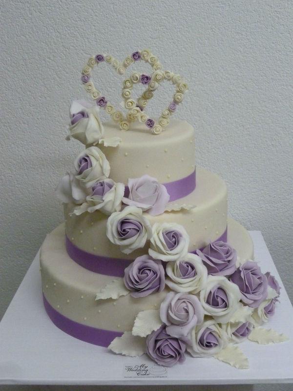 Hochzeitstorte in lilla/ ivory, gefüllt mit feinster Himbeermousse. Foto:Bruggers My Weddingcake.ch
