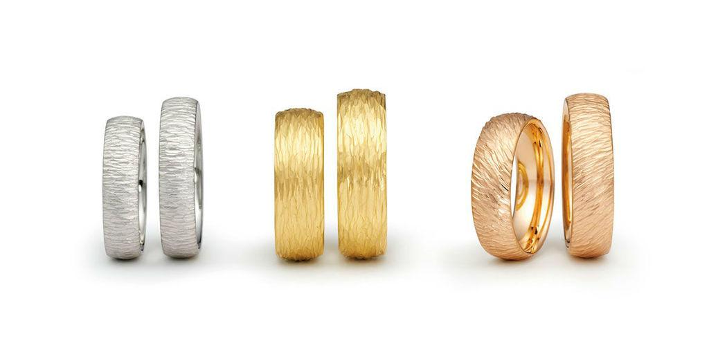 Beispiel: Eheringe mit Relief, Foto: Juwelier Schlund.