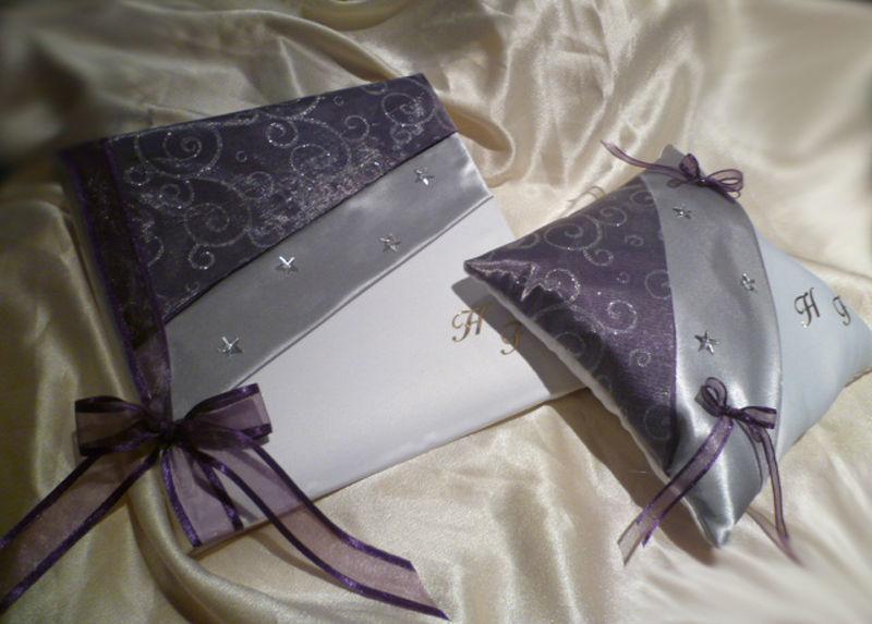 Livre d'or et coussin, thème ETOILES satin blanc, argent et violet, arabesques argent, décos strass et étoiles URNE et stylo assortis sur demande