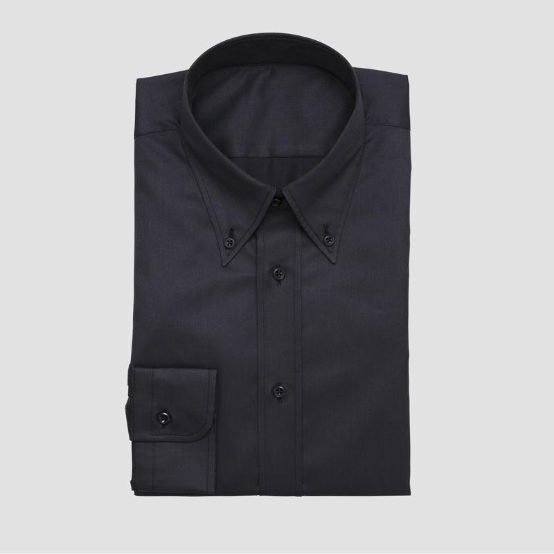 Beispiel: Schwarz-glänzendes Herrenhemd, Foto: Xuits.