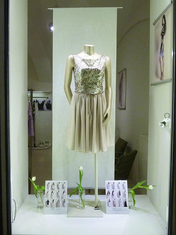 Beispiel: Festkleid mit Pailetten, Foto: ZOE-Modedesign.