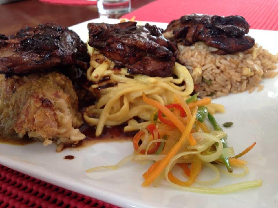 3 versiones de pollo, teriyaki, oriental y al horno servido con chaufa, tallarines a la huancaína y tacu tacu