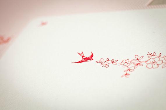 """• Guirlanda  Andorinhas, azul claro e vermelho morango são a combinação certa para uma festa com aroma  vintage…!  Basta escolher uma paisagem fabulosa, juntar toalhas de pic-nic, tartes caseiras e uma bela sangria de frutos vermelhos e um casal apaixonado, prontíssimo a dizer um """"Sim!"""".  Este convite é impresso em fine paper iridescente, com um acabamento de relevo químico no envelope. O texto é impresso a azul e a fonte recomendada é a Chopin Script."""