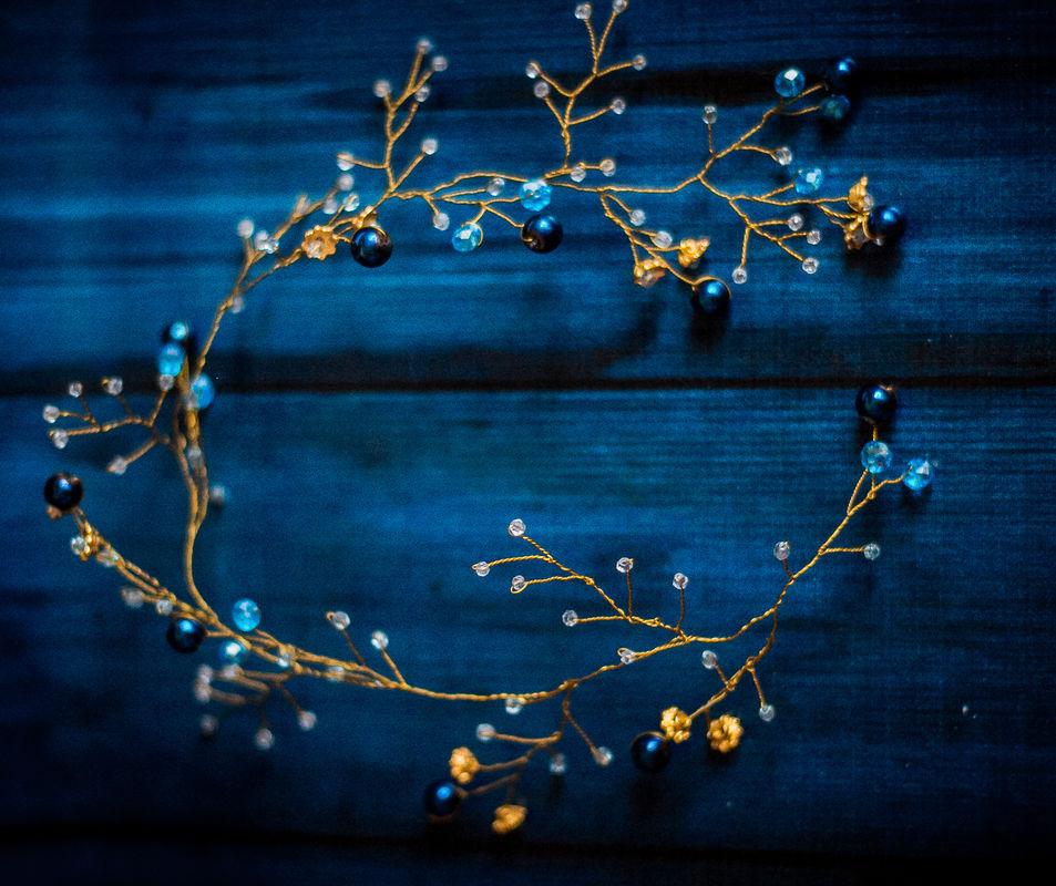 Необычная золотая веточка-венок  сделана на заказ под цвета свадьбы. Чешские бусины, золотая проволока. Можно использовать как в косу, так и по всей окружности головы.