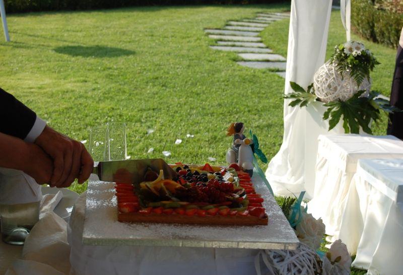 Taglio della torta nel parco