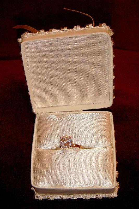 Beispiel: Ringkästchen, Foto: Der Brautladen Accessoires.