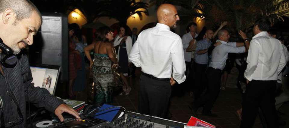 Intrattenimenti musicali per eventi e ricevimenti di matrimonio Romadjpianobar info@romadjpianobar.com http://www.romadjpianobar.com DJ Service - Ballo