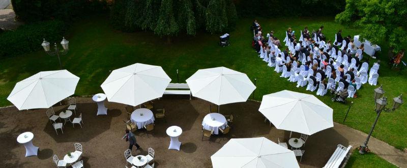 Beispiel: Terrasse mit Hochzeitsgesellschaft, Foto: Schlosshotel Rettershof.