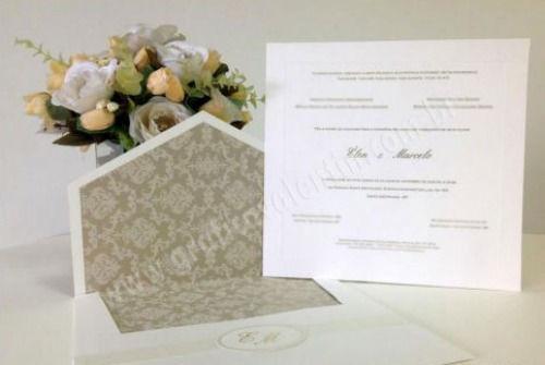 convite com forro dourado  e arabesco. Tag com as iniciais para fechar o envelope -  Sofisticação.
