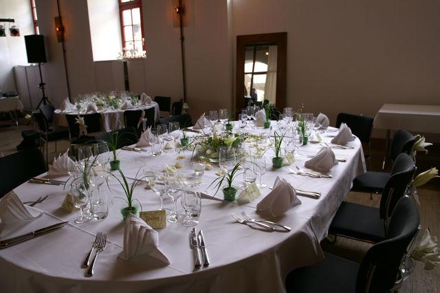 Beispiel: Verschönerung der Hochzeitstafel, Foto: Hochzeitsblumen.ch.