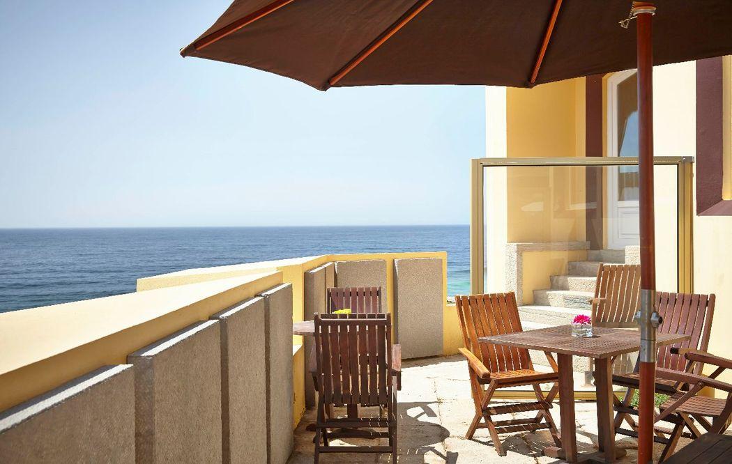 Terraço do bar com vista sobre o oceano Atlântico, onde pode saborear uma refeição ligeira