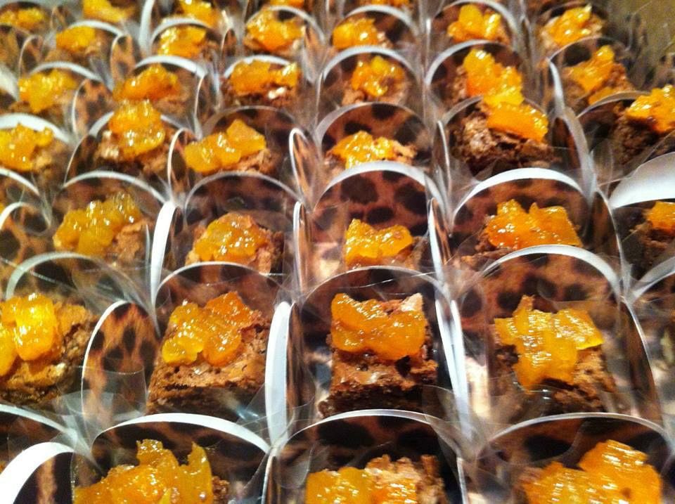 Brownie Gourmet com cobertura de damasco e calda de caramelo