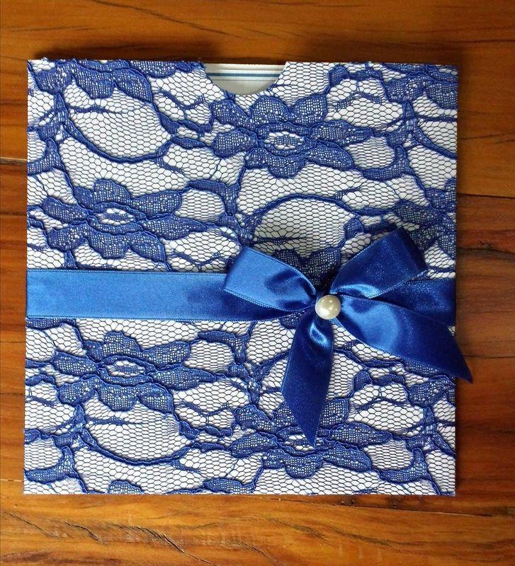 convite com envelope gaveta no tamanho 20x20cm revestido em renda suiça azul