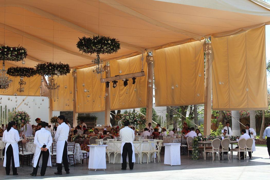 ::BODA:: Casa Don Luis, Oaxaca, Oax. Carpa beige con cortinas de tela.