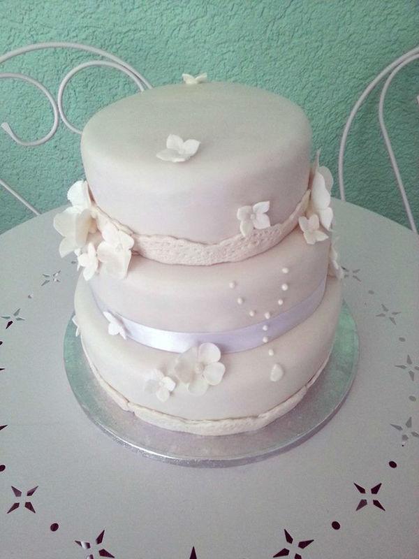 Beispiel: Hochzeitstorte ganz in weiß, Foto: Dessertfee cake design & more.