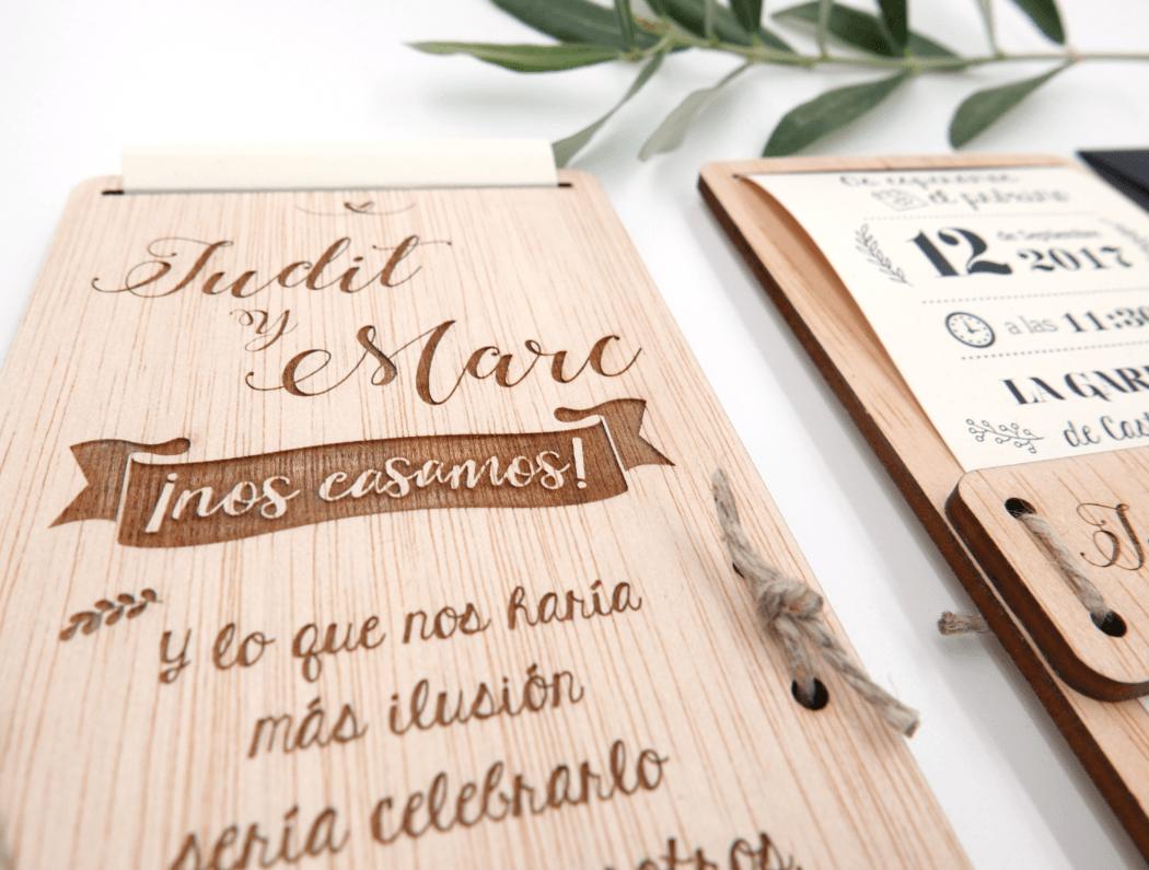 Detalle de la invitación convinada de papel y madera, novedad 2017!