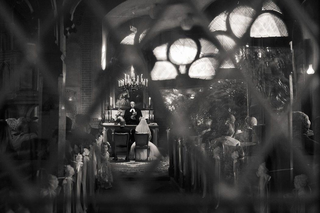 Hochzeitsbild in Berliner Kirche von hochzeitslicht