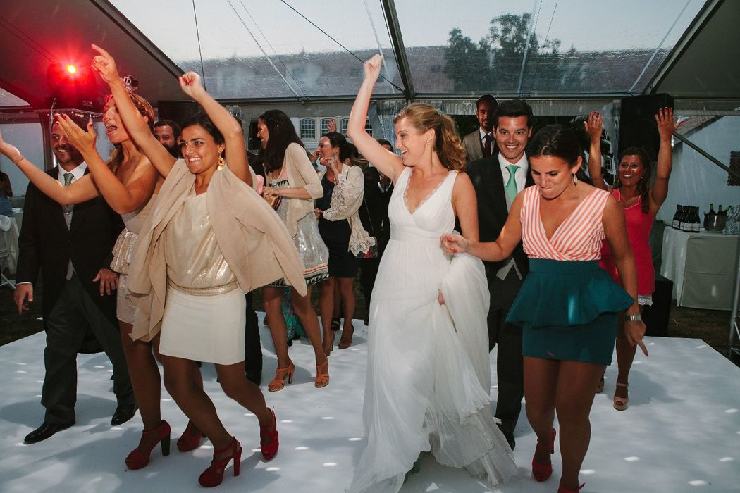 Casamento da Felipa e do Francisco, momento da entrada dos noivos na tenda com os padrinhos e madrinhas.