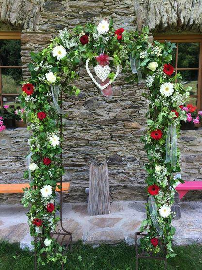 Beispiel: Romantischer Rosenbogen für das Brautpaar, Foto: Vitalgarten.