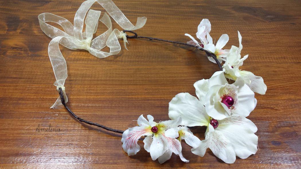 Amelina - Couronne Passion Magnifique couronne composé de fleurs de soie entièrement réalisées à la main et rehaussées de perles. Se noue par un ruban de satin assorti. Pièce unique