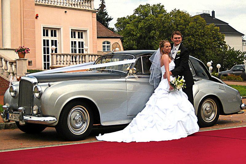 Beispiel: Glückliches Brautpaar mit Ihrem Hochzeitsauto, Foto: ClassicCars.