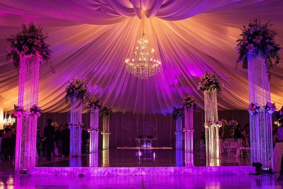 Detalles con Ángel Eventos   (Decoraciones de tela en techo con candil central, pista mate de vinil, con arreglos a pie de pista en flor natural)