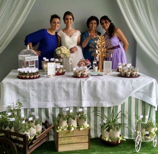 Mesa de recuerdos con plantas suculentas y aromáticas. Decoración mesa de los recuerdos. Recuerdo de boda, shower.